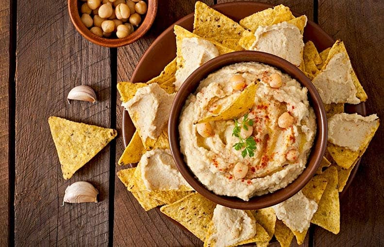Parallelo Health - your source for health, workouts, food, supplements and more - blog - 10 Healthy Snacks That Keep You Slim - Hummus With Olive Oil and Pita Chips