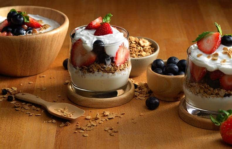 Parallelo Health - your source for health, workouts, food, supplements and more - blog - 10 Healthy Snacks That Keep You Slim - Yoghurt With Berries and Granola