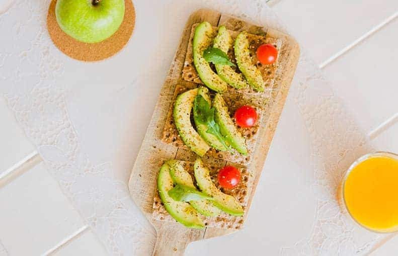 Parallelo Health - your source for health, workouts, food, supplements and more - blog - 10 Healthy Snacks That Keep You Slim - avocado and tomato cracker